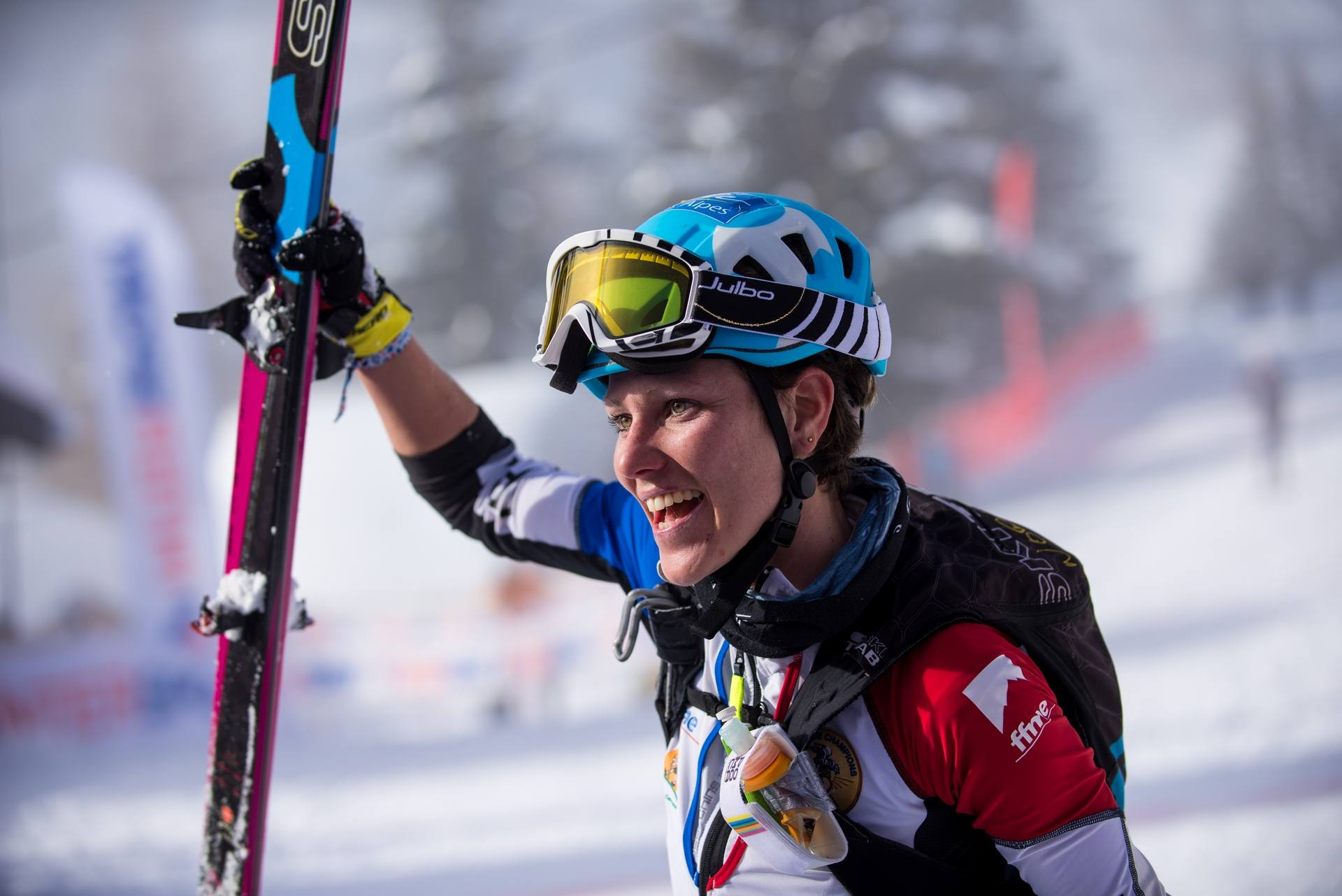 Laetitia victorieuse, skis à la main